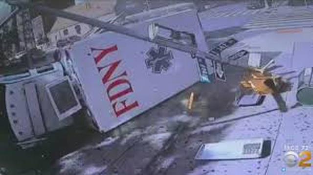 Tai nạn hy hữu: 2 xe cứu thương đâm nhau trên đường tới cùng một ca cấp cứu