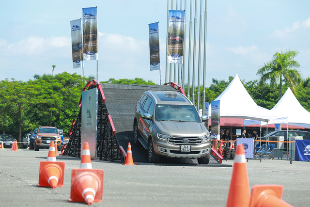 Ford đưa dàn SUV, bán tải đi khắp Việt Nam - Tham vọng tăng doanh số xe gầm cao - Ảnh 2.