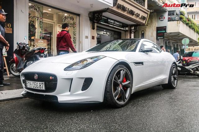Jaguar F-Type trắng muốt của dân chơi Sài Gòn xuống đường, biển số là chi tiết gây tiếc nuối - Ảnh 1.