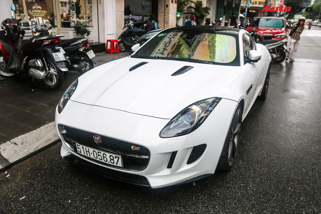 Jaguar F-Type trắng muốt của dân chơi Sài Gòn xuống đường, biển số là chi tiết gây tiếc nuối - Ảnh 2.