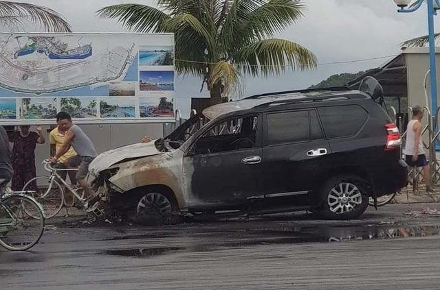Tài xế đi nhậu về húc dải phân cách, ô tô tiền tỉ bốc cháy ở Quảng Ninh - Ảnh 2.