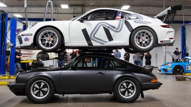 Porsche 911 độ off-road có thể cõng thêm 911 GT3 đầu tiên thế giới - Ảnh 1.