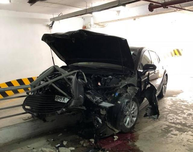 Dân mạng xôn xao vụ Toyota Camry đời mới giá hơn 1 tỷ đồng gặp tai nạn nhưng không bung túi khí - Ảnh 1.