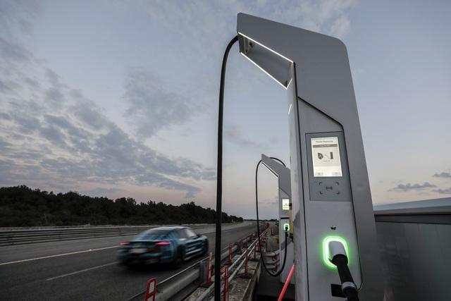 Porsche Taycan sắp về Việt Nam thử sạc nhanh: Chạy gần 3.500 km trong 24 giờ - Ảnh 1.