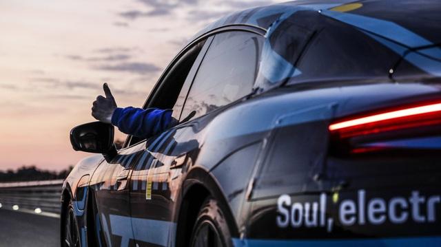 Porsche Taycan sắp về Việt Nam thử sạc nhanh: Chạy gần 3.500 km trong 24 giờ