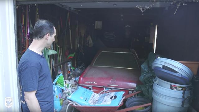 Mãn nhãn xem cảnh lau chùi xe Mercedes bị bỏ hoang 37 năm: Từ hôi thối tới sạch bong như mới