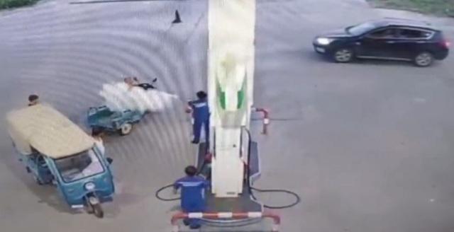 Lái xe hút thuốc ở trạm xăng bị xịt bọt cứu hỏa khắp người - Ảnh 2.