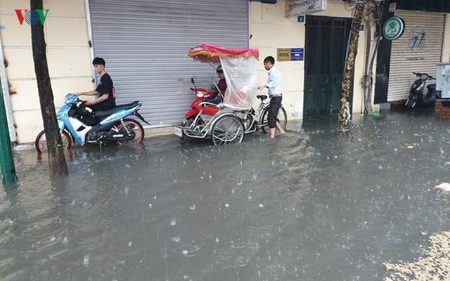 Nhiều tuyến đường ở Hà Nội kẹt cứng vì cơn mưa sáng sớm - Ảnh 1.