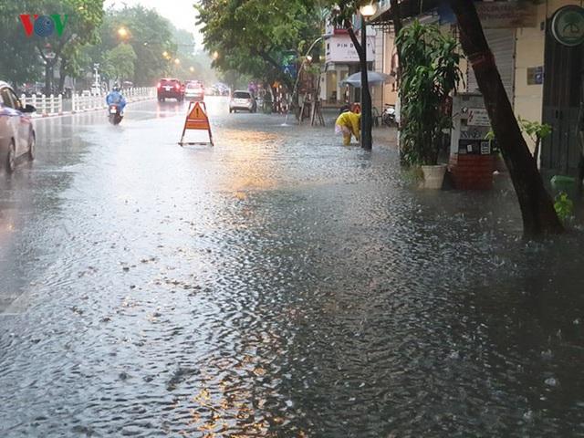 Nhiều tuyến đường ở Hà Nội kẹt cứng vì cơn mưa sáng sớm - Ảnh 2.