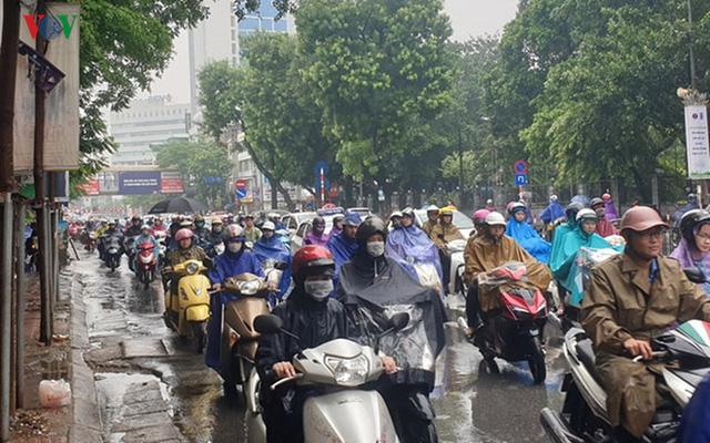 Nhiều tuyến đường ở Hà Nội kẹt cứng vì cơn mưa sáng sớm - Ảnh 4.