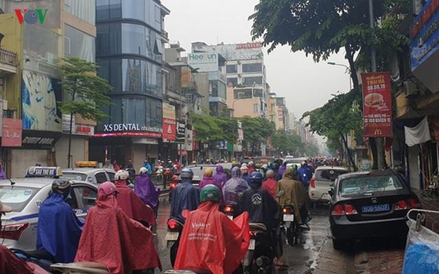 Nhiều tuyến đường ở Hà Nội kẹt cứng vì cơn mưa sáng sớm - Ảnh 5.