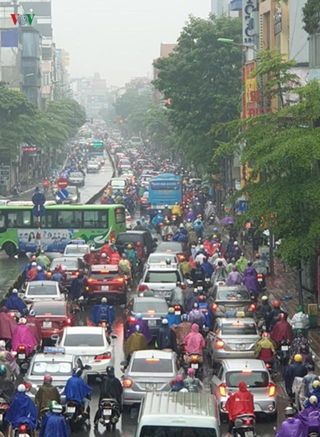 Nhiều tuyến đường ở Hà Nội kẹt cứng vì cơn mưa sáng sớm - Ảnh 6.
