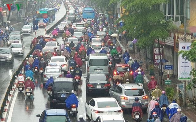 Nhiều tuyến đường ở Hà Nội kẹt cứng vì cơn mưa sáng sớm - Ảnh 7.