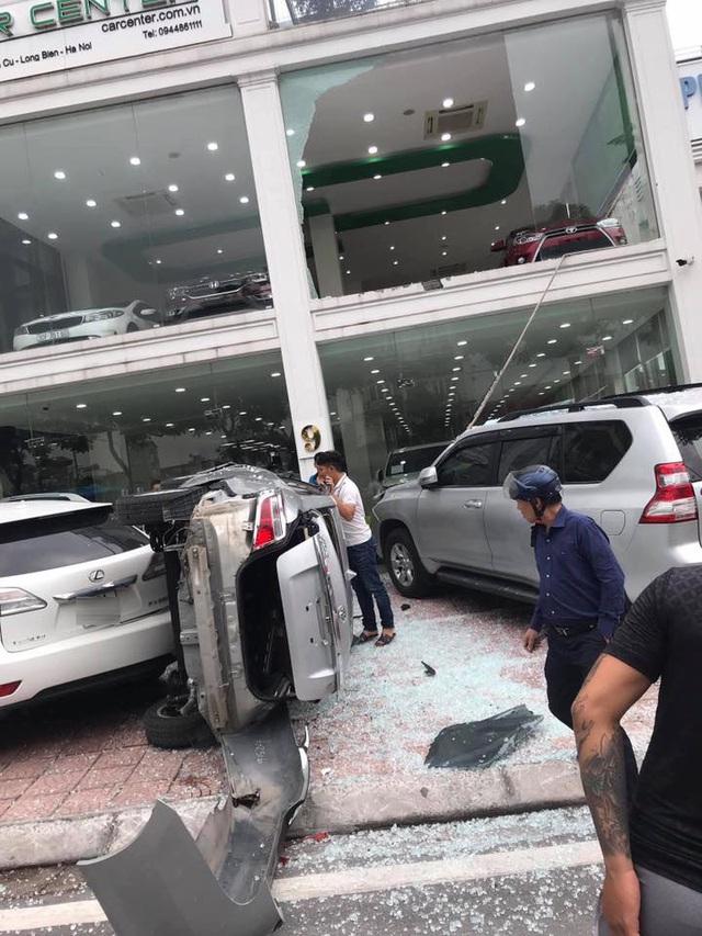 Nhân viên showroom làm rơi Toyota Vios từ tầng 2 xuống, gây bẹp những chiếc xe sang tiền tỷ đỗ bên dưới - Ảnh 1.