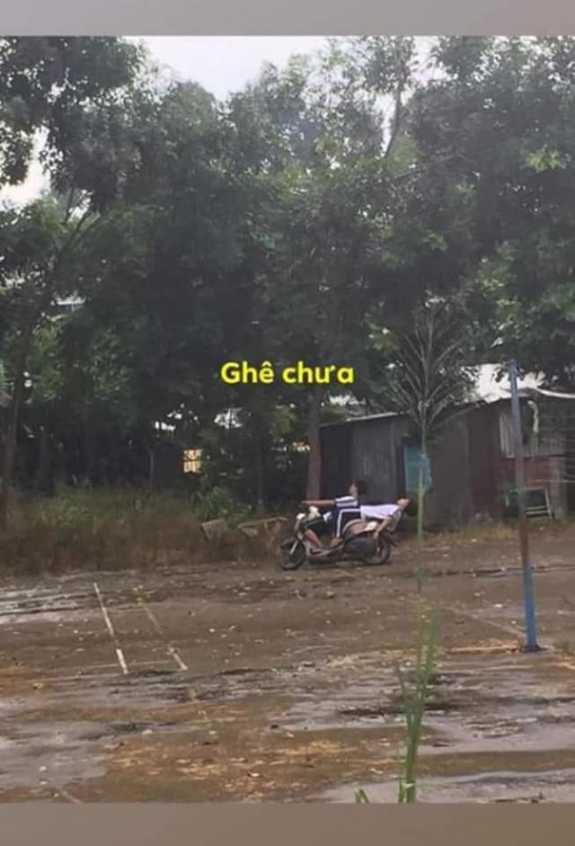 Ngả ngớn trên xe máy sau cơn mưa, hai thanh niên nhận cái kết chổng vó lên trời - Ảnh 1.