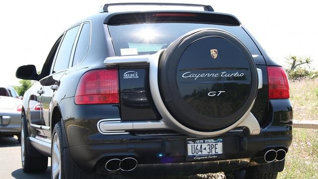 Bạn có biết chiếc chiếc SUV 'nhà giàu' Porsche Cayenne từng gắn lốp dự phòng thô kệch thế này phía sau?