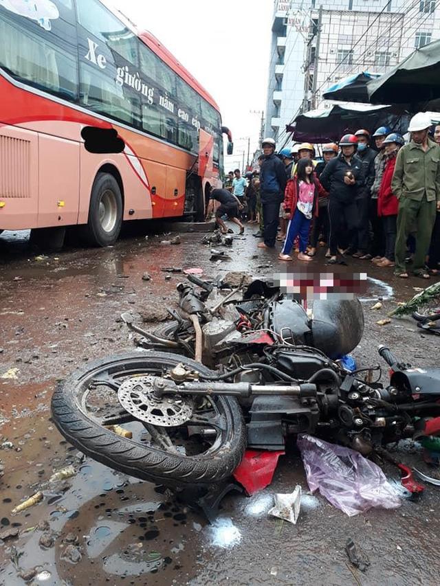 Hiện trường xe khách lao vào chợ, tông hàng loạt người đang mua bán, ít nhất 3 người chết - Ảnh 1.