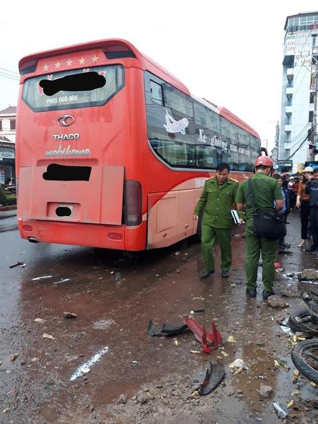 Hiện trường xe khách lao vào chợ, tông hàng loạt người đang mua bán, ít nhất 3 người chết - Ảnh 4.