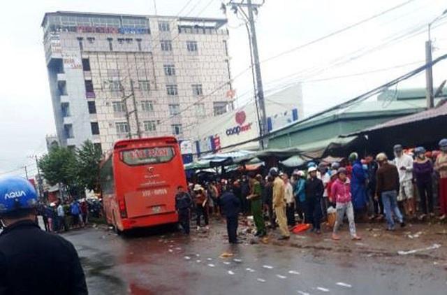 Hiện trường xe khách lao vào chợ, tông hàng loạt người đang mua bán, ít nhất 3 người chết - Ảnh 6.