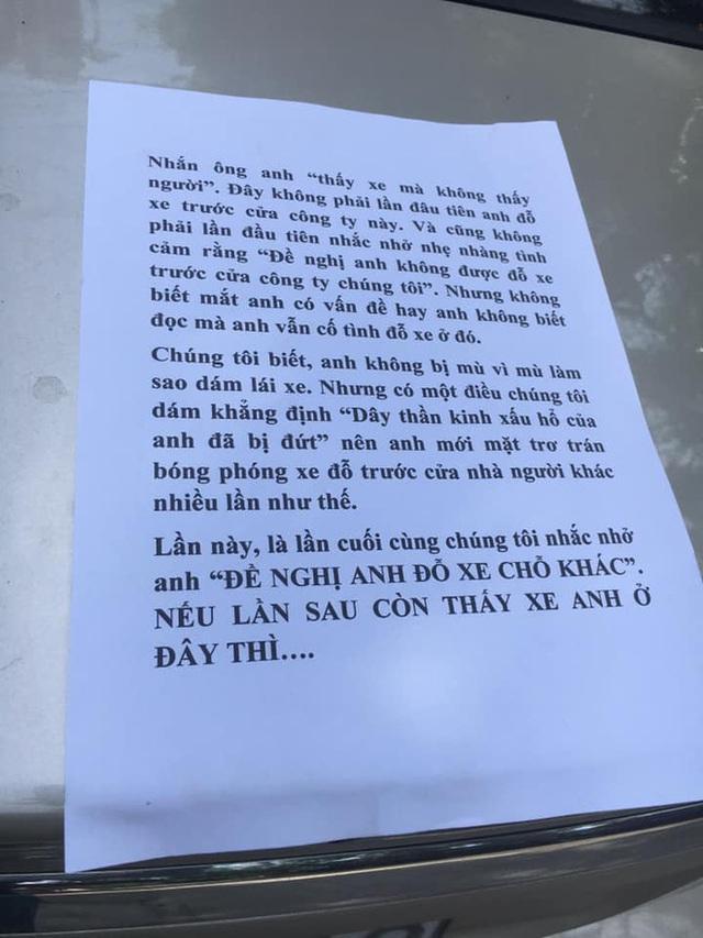 Đậu ô tô trước cửa công ty lạ, tài xế tái mặt vì tờ giấy thông báo dán trên xe - Ảnh 1.