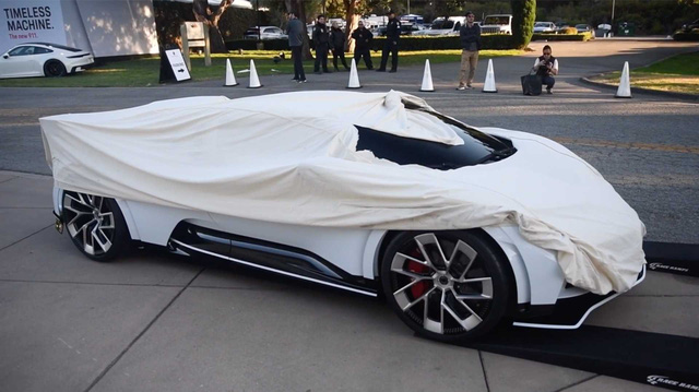 Nghề toát mồ hôi: Lái xe triệu đô Bugatti Centodieci phủ bạt kín mít đi cất sau mỗi hôm trưng bày