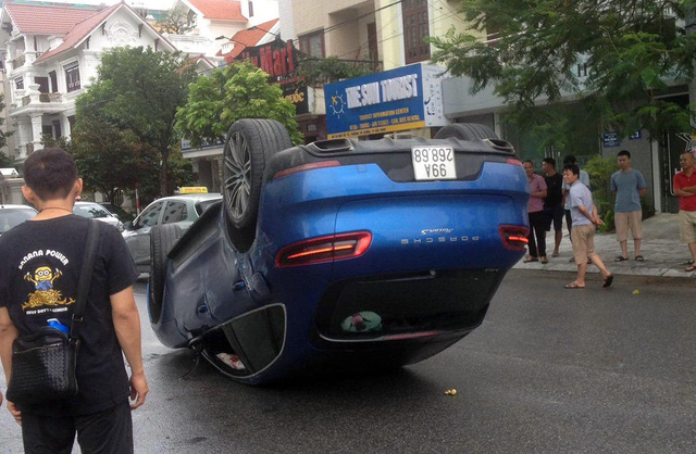 Porsche Macan S lật ngửa lộ biển số trùng Toyota Vios - Ảnh 1.
