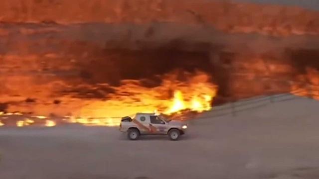 Video: Tổng thống Turkmenistan trổ tài drift quanh Cổng địa ngục rực lửa - Ảnh 3.