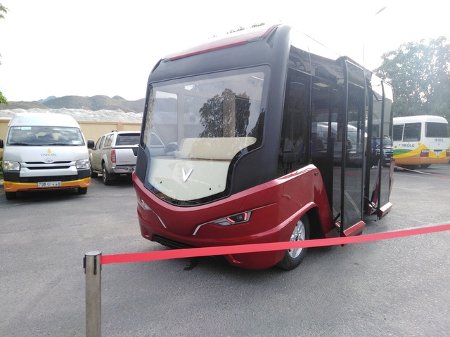 Xe buýt VinFast lộ diện hoàn toàn với ngoại thất toàn kính và nội thất hiện đại như phim viễn tưởng - Ảnh 2.