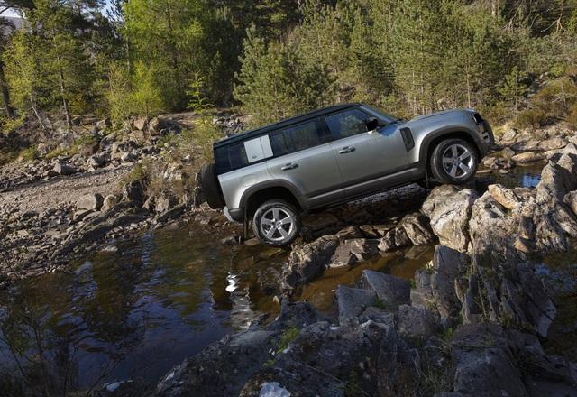 Land Rover Defender chính thức trở lại: Mối nguy thực sự cho Mercedes-Benz G-Class - Ảnh 12.