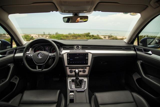 Volkswagen Passat giảm giá rẻ hơn Honda Accord - Xe Đức chơi lớn đấu xe Nhật dịp cuối năm - Ảnh 2.