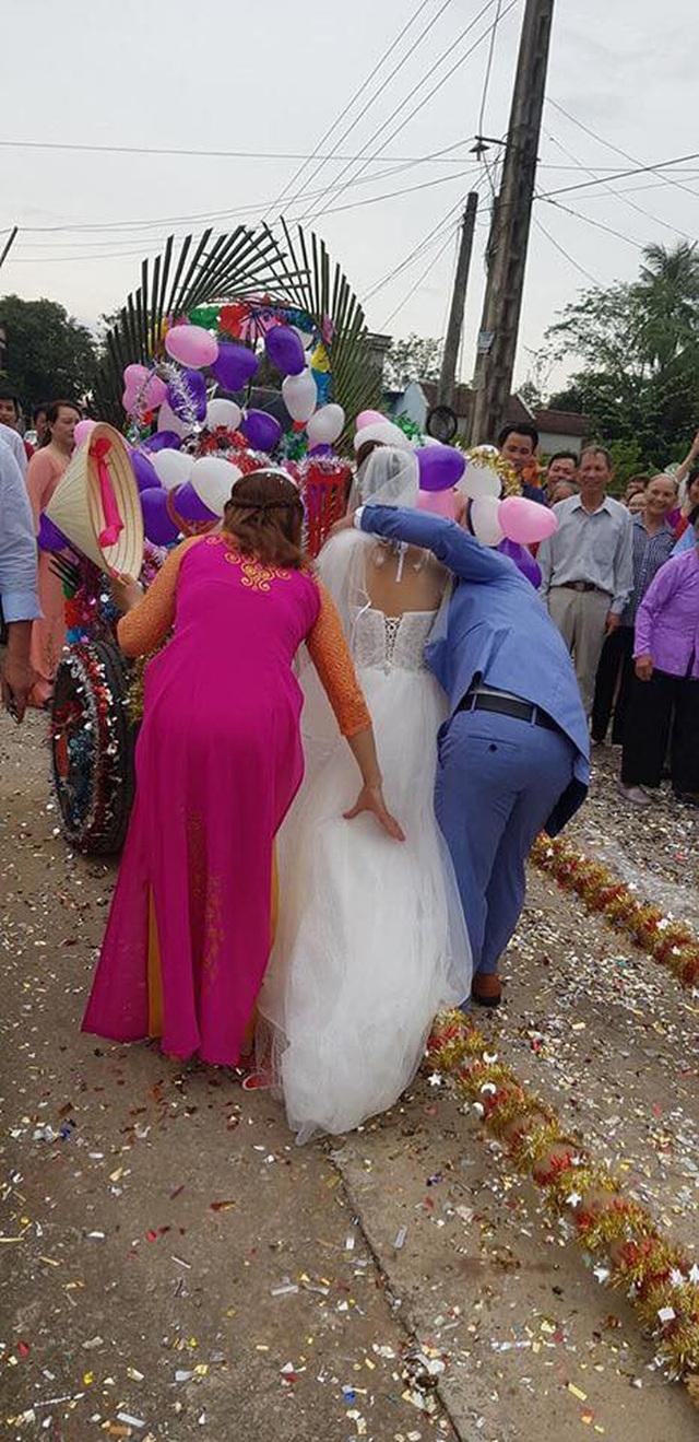 Trong ngày cưới, xe rước dâu của chú rể khiến cả xóm làng xôn xao, thích thú - Ảnh 5.
