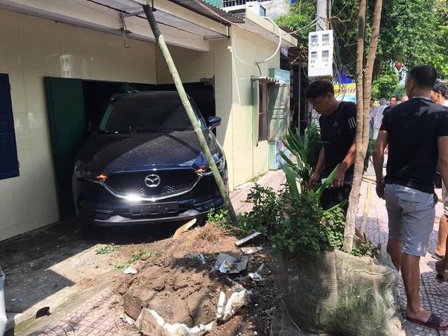 Nam thanh niên Thái Bình lùi xe Mazda CX-5 sập tường nhà bố mẹ - Ảnh 1.