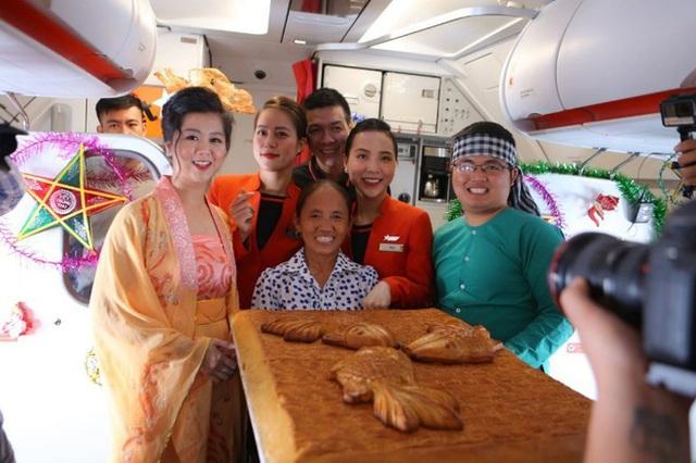 """Tranh cãi việc bà Tân Vlog đưa bánh Trung thu """"siêu to"""" lên máy bay Jetstar - Ảnh 2."""