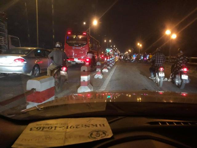 Clip: Thời điểm xảy ra vụ container mất lái tông hàng loạt xe máy trên cầu Thanh Trì - Ảnh 4.