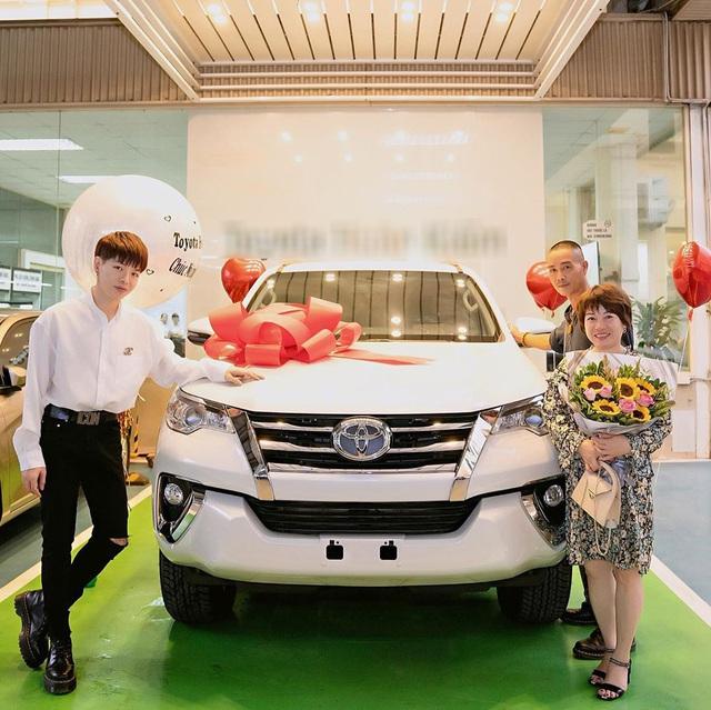 Mới mua Range Rover Evoque chưa lâu, Đức Phúc tiếp tục tậu Toyota Fortuner dành tặng cha mẹ - Ảnh 1.