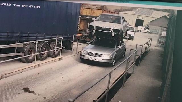 Tài xế bị phạt vì chở thêm... xe khác trên nóc