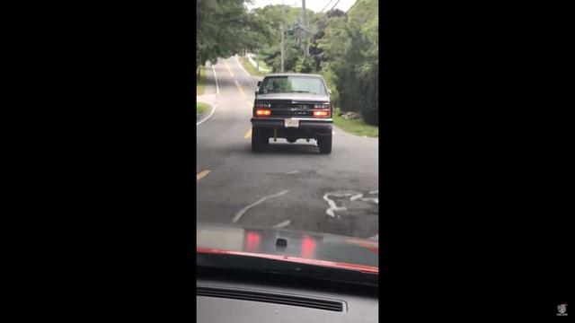 Chiếc bản tải Chevrolet khiến người đi phía sau đứng tim - Ảnh 2.