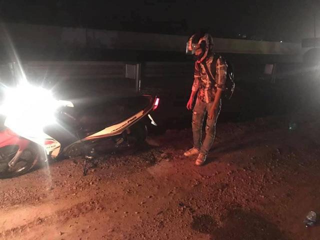 Thanh niên lao xe máy xuống cống giữa đêm không ai cứu, hành động của tài xế xe tải khiến tất cả cảm phục - Ảnh 2.