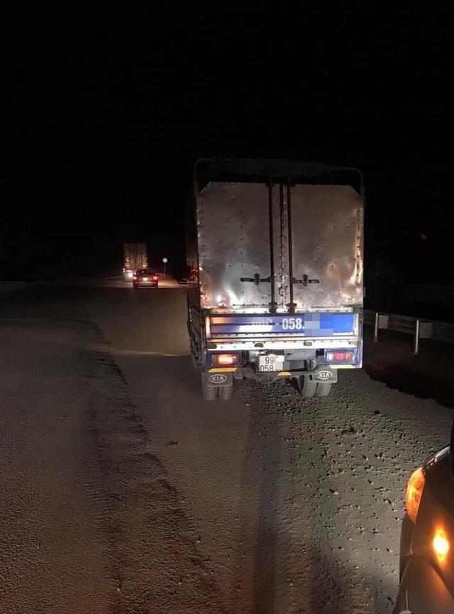 Thanh niên lao xe máy xuống cống giữa đêm không ai cứu, hành động của tài xế xe tải khiến tất cả cảm phục - Ảnh 4.