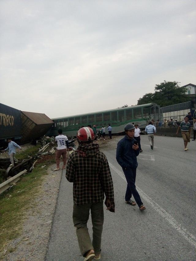 CLIP: Hỗn loạn cảnh CSGT và hàng chục người nâng xe tải bị tàu hỏa đâm bẹp dúm cứu tài xế - Ảnh 2.