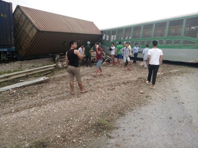 CLIP: Hỗn loạn cảnh CSGT và hàng chục người nâng xe tải bị tàu hỏa đâm bẹp dúm cứu tài xế - Ảnh 3.