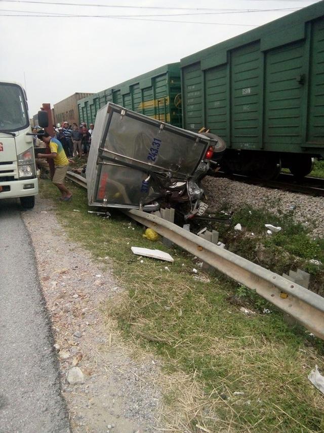CLIP: Hỗn loạn cảnh CSGT và hàng chục người nâng xe tải bị tàu hỏa đâm bẹp dúm cứu tài xế - Ảnh 4.