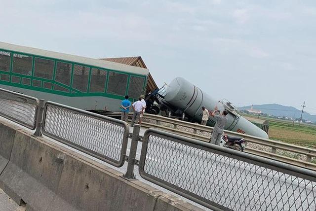 CLIP: Hỗn loạn cảnh CSGT và hàng chục người nâng xe tải bị tàu hỏa đâm bẹp dúm cứu tài xế - Ảnh 5.