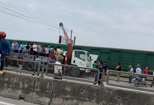 CLIP: Hỗn loạn cảnh CSGT và hàng chục người nâng xe tải bị tàu hỏa đâm bẹp dúm cứu tài xế - Ảnh 6.