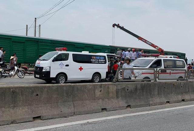 CLIP: Hỗn loạn cảnh CSGT và hàng chục người nâng xe tải bị tàu hỏa đâm bẹp dúm cứu tài xế - Ảnh 7.