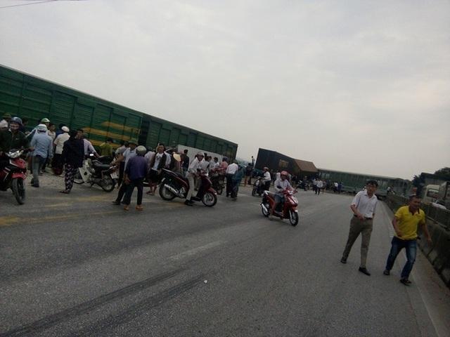 CLIP: Hỗn loạn cảnh CSGT và hàng chục người nâng xe tải bị tàu hỏa đâm bẹp dúm cứu tài xế - Ảnh 8.