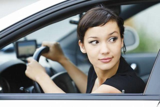 Lùi xe ô tô sao cho đúng cách và an toàn? - Ảnh 3.