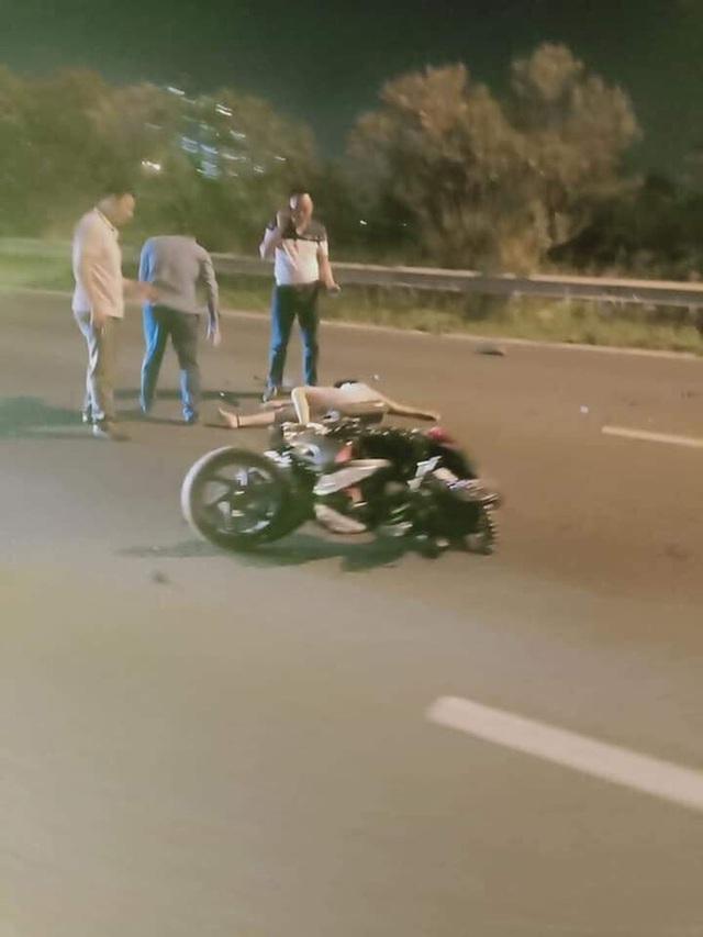 Clip: Phi xe ngược chiều trên đại lộ Thăng Long, người phụ nữ gặp tai nạn kinh hoàng - Ảnh 2.