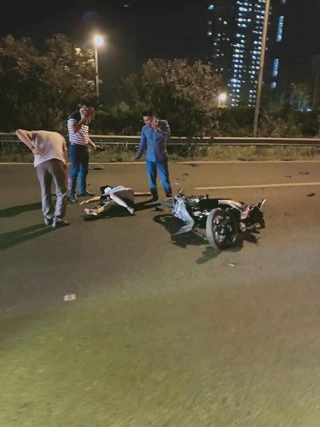 Clip: Phi xe ngược chiều trên đại lộ Thăng Long, người phụ nữ gặp tai nạn kinh hoàng - Ảnh 3.