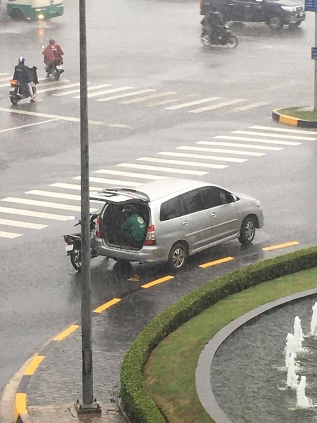 Cơn mưa bất chợt, tài xế Grab luống cuống tìm chỗ trú và hành động của chủ ô tô khiến tất cả kinh ngạc - Ảnh 1.